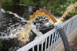Pumparbeiten zum Umwälzen und Belüften des Wassers der Bastau bei Minden.
