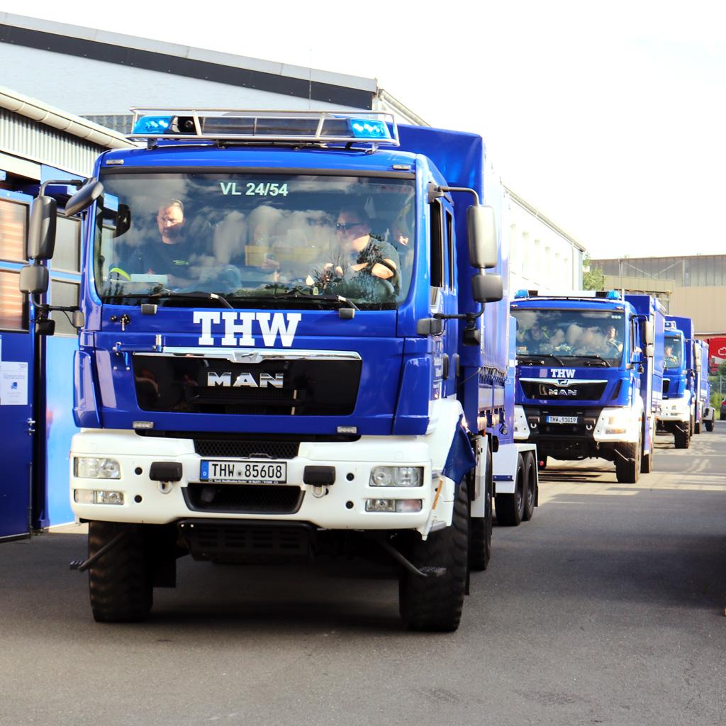 THW-Fahrzeuge bei der Abfahrt